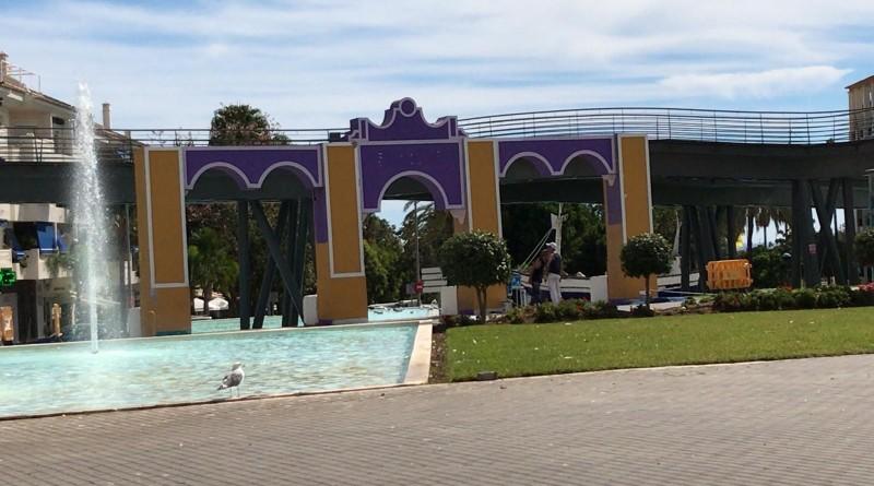 Portada en construcción de la Feria de San Pedro, en el Bulevar.